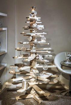 árbol navideño con palés y guirnaldas - Árboles de Navidad hechos con palés