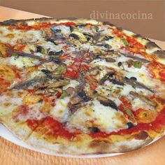 Aquí tienes ideas para hacer pizzas a tu gusto. Todos los ingredientes que damos se colocan sobre la base en la que ya hemos puesto la salsa de tomate y el queso.