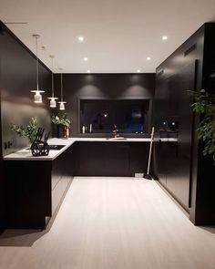 Hjemmereportasje fra Tonje Bjerknes Bathroom Shelf Decor, Rustic Bathroom Shelves, Modern Kitchen Design, Interior Design Kitchen, Küchen Design, House Design, Black Interior Design, Luxury Dining Room, Minimalist Kitchen