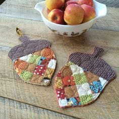 Most current Photo fall Sewing projects Popular Make a set of sweet acorn potholders to celebrate fall with this tutorial. A great scrap-busting p Mini Quilts, Quilt Patterns, Sewing Patterns, Potholder Patterns, Crochet Patterns, Fall Quilts, Fall Projects, Halloween Sewing Projects, Diy Projects