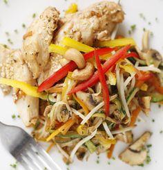 Pollo a la miel con sésamo y soya acompañado de verduras salteadas