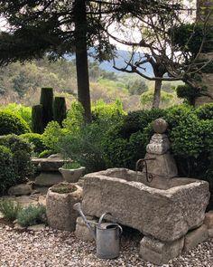 Gorgeous Garden Decoration Ideas That Looks Cool - Artegami Back Gardens, Small Gardens, Outdoor Gardens, Rustic Gardens, Water Features In The Garden, Garden Features, Landscape Design, Garden Design, Topiary Garden