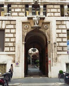 Milano: portoni austeri nascondono cortili accoglienti #mymilano #igerslombardia #igersmilano #vivomilano #milano #milanocity #bestlombardiapics #photooftheday #architecture #walkingaround #cityscape #citylife #la_architecture1 #milanogram2016 #milanodavedere #volgomilano #milano_forever #verso_milano #architectureporn #post_italia #loves_milano by cristina_sov