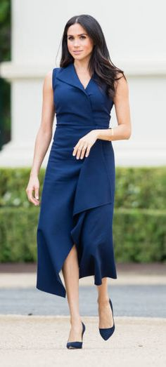 Meghan Markle and Prince Harry, who are expecting a baby in the spring, kick off their third day of royal tour in Melbourne. The Duchess of Sussex wears a navy dress by Dion Lee with a Gucci Bag. Meghan Markle Stil, Estilo Meghan Markle, Princess Meghan, Prince Harry And Meghan, Meghan Markle Outfits, Meghan Markle Dress, Meghan Markle Fashion, Estilo Real, Dion Lee