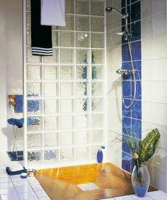 briques de verre, salle de bains coquette Glass Block Shower, Glass Blocks, Bathroom Wall, Cool Designs, Sweet Home, Bathtub, House Design, Decor Diy, Home Decor