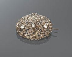 In het midden van deze ovale zilveren broche drie transparante glasstenen in roosslijpsel, als imitatie van diamant. Gedragen door een vrouw uit Friesland, ca 1870. #Friesland