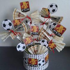 Skal du til konfirmation og mangler du inspiration til pengegaver til konfirmanden - så se disse 21 idéer til sjove pengegaver. Diy Birthday, Birthday Gifts, Soccer Crafts, Creative Money Gifts, Cute Boyfriend Gifts, Gift Wraping, A Little Party, Diy Coasters, Lets Celebrate
