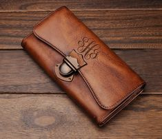 This engraved leather wallet is the perfect womens gift. Personalized with the name of your choice, this custom wallet will be displ Leather Wallet Pattern, Leather Clutch, Leather Purses, Monogram Clutch, Monogrammed Purses, Wallets For Women Leather, Womens Leather Wallet, Creation Couture, Clutch Wallet
