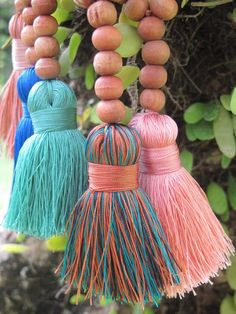 Tassel Necklace Chunky Short Tassel Long Wooden by ljcdesignss Pom Pom Crafts, Yarn Crafts, Bead Crafts, Wood Bead Garland, Beaded Garland, Diy Tassel, Tassels, Picture Mix, Glands