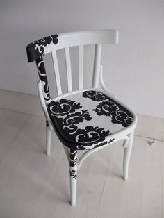 cadeira com adesivo de parede