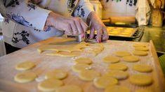 Vykrájíme kolečka o průměru 5 cm | foto: Martin Čuřík Choux Pastry, Dairy, Cheese, Pumps