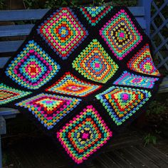 Big Granny Square Throw THIS IS AWESOME, AWESOME, AWESOME!!! love the colors, maybe try with 4 sm GS the size of the otherns. AB 12/14/13