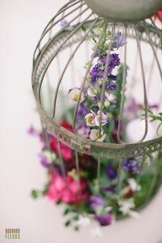 Cage à oiseau garnie d'une bougie et de fleurs: Delphinium, lisianthus, jasmin, etc. Jasmin, Delphinium, Plant Hanger, Terrarium, Macrame, Plants, Home Decor, Candle, Contemporary