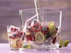 Limettenlimonade mit bunten, fruchtigen Eiswürfeln: Der erfrischende, alkoholfreie Drink mit wenig Zucker eignet sich für besonders Kalorienbewusste.