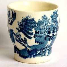 Rare old Arklow eggcup in Willow pattern Circa s br br In a lot of their early earthenware Arklow pottery used a mixture of hand painting and transfer prints This Love Blue, Blue And White, Vintage Egg Cups, Blue Willow China, Pie Bird, Little Cup, Blue Eggs, Willow Pattern, Tea Eggs