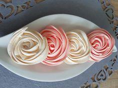 Acești minunați trandafiri din bezea elvețiană se fac destul de repede, deloc complicat și sunt de mare efect. Ingrediente : 2 albușuri ( 75 gr) la temperatura camerei, 170 gr zahăr tos, o lingura …