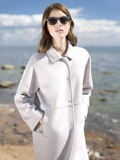Трендовое пальто прямого силуэта из шелковистой ворсовой ткани сливочного оттенка. Модель имеет отложной воротник, спущенный рубашечный рукав и карманы в виде врезных листочек. Изделие декорировано тамбурной строчкой. , арт. 3016270p00008, состав: Основная ткань: шерсть 80 %, полиэстер 20 %;Подкладка: полиэстер 100 %;