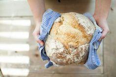 Comment préparer du pain maison au four sans machine : L'odeur du pain cuit, tout juste sorti du four est un vrai bonheur. Il suffit parfois d'entrer dans