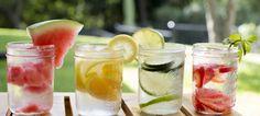 Infused water; de nieuwe gezonde en lekkere trend ter vervanging van frisdranken. Naast de vele gezondheidsvoordelen, leuk om te maken en lekker om te drinken. Neem een kan vul 1/3 met fruit, 1/3 ijsblokjes en vul aan met water. Laat dit 2 uur in de koelkast trekken en serveer in een glas met een schijfje fruit, wees creatief en verras je vrienden !