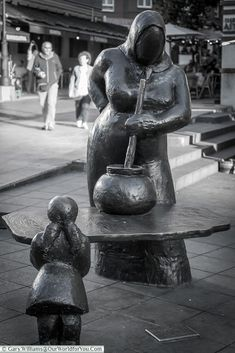 Guisandera, dedicated to mothers and housewives of Oviedo, Spain