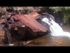 Cachoeira ao lado de mar de lama m Camargos