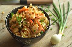 pad thai z krewetkami Kitchen Recipes, Wok, Bangkok, Salsa, Dinner, Cooking, Ethnic Recipes, Cucina, Gravy