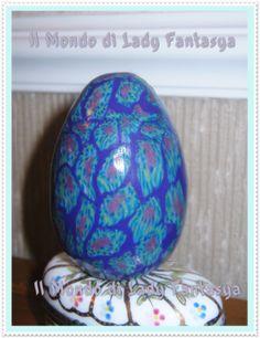 Uovo in legno medio-piccolo decorato con millefiori cane su sfondo blu