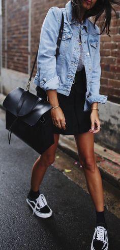 10 Peças para você começar a montar seu closet básico. Jaqueta jeans, t-shirt cinza, saia preta, tênis preot, vans old skook, meia aprente