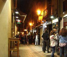 #Logroño y su famosa #Calle_Laurel uno de los lugares mas visitados por turistas y logroñeses con un bar en cada puerta y degustar sus deliciosos y divertidos #pinchos con nombres como: matrimonio, zapatillas, cojonudos, tío agus, calzoncillos, probarlos todos requiere toda una vida. Pulse en la fotografía para ver #casas_en_La_Rioja