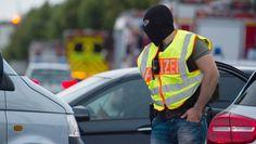 Polizisten mit Sturmhauben sichern am Freitagabend das Einkaufszentrum am Olympiapark