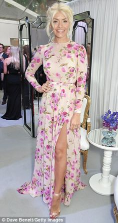 Glamour Awards: Holly Willoughby cuts a fairytale figure Holly Willoughby Legs, Holly Willoughby Outfits, Curvy Women Outfits, Clothes For Women, Botanical Fashion, Floral Tea Dress, Sexy Legs And Heels, Nicole Kidman, Nice Dresses