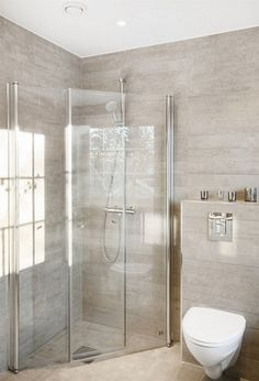 Fine fliser til badet - Lilly is Love Berry Alloc, Shower Panels, Toilet, Ikea, Bathtub, Real Estate, Bathroom Designs, Faucets, Showers