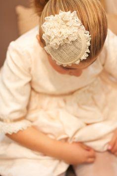 Vestido con tocado en tonos marfil con tela brocada....