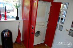 Geheel in stijl van de geleverde keuken hebben wij hier een kast op maat gemaakt voor de wasmachine en droger. Ook de lambrisering en radiator is door ons vervaardigd