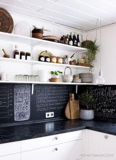 Met krijtbordverf in je keuken lijkt het alsof je altijd in een hippe koffietent bent - Roomed Keukenkastjes wit verven? En zwarte krijtmuur?