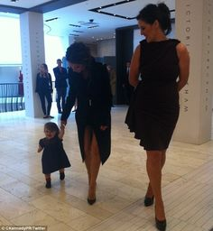 Victoria and Harper Beckham in Dublin with Brown Thomas Fashion Director Shelly Corkery Vic Beckham, Harper Beckham, Fashion Idol, Kids Fashion, Woman Fashion, Celebrity Babies, Celebrity Style, Style Victoria Beckham, David Beckham Family