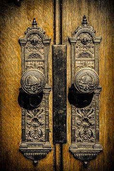 Love the Intricate Work of Vintage Victorian Hardware. Victorian Front Doors, Vintage Doors, Front Door Hardware, Antique Door Knobs, Door Knobs And Knockers, Door Detail, Cool Doors, Design Your Dream House, Design Trends