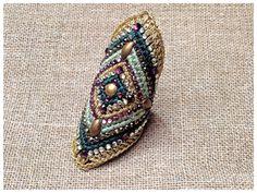 Bague vert et or crochetée , ornée de strass et Swarovski. sur Etsy, 60,00 €