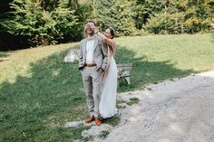 Das Gefühl wenn sich Braut und Bräutigam das erste Mal sehen ist mit nichts anderem zu vergleichen. Umso schöner ist es doch wenn ihr diesen intimen Moment auch voll ausleben könnt oder? Aus diesem Grund empfehle ich auch jedem zukünftigen Brautpaar dass sie diesen schönen Moment ganz alleine genießen sollen - ganz ohne Gäste. . Für mich geht es hier nur um euch zwei deshalb halte ich mich mit meiner Kamera im Hintergrund und fotografiere aus der Beobachtung heraus. Anschließend können wir… Portrait, Couple Photos, Moment, Couples, Instagram, Coat, Photography, Fashion, Wedding Couple Photos