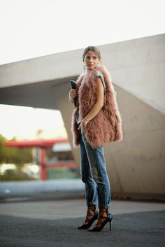 A fur vest for women keeps you warm and looks very stylish at the same time. Ärmelloser Mantel, Fur Vest Outfits, Street Style Chic, Style Outfits, Fashion Blogger Style, Fur Fashion, Fashion Story, Her Style, Latest Fashion Trends