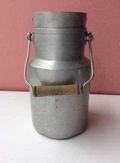 alumiininen maitokannu puisella kahvalla 50 luvulta . korkeus ilman kantta 21cm