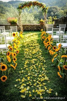 Authentic Tuscan style wedding with lots of sunflowers and yellow rose petals Infinity Weddings Events Style Toscan, City Style, Perfect Wedding, Dream Wedding, Luxury Wedding, Wedding Stuff, Wedding Pins, Glamorous Wedding, Wedding Advice