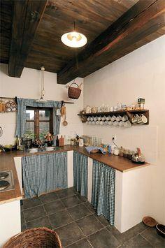 Cht li jsme t postaru Chata Chalup Cosy Kitchen, Small Cottage Kitchen, Cottage Kitchens, Farmhouse Style Kitchen, Shabby Chic Kitchen, Rustic Kitchen, Kitchen Decor, Küchen Design, House Design