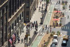 Reparem como os pedestres e os ciclistas estão bem protegidos dos carros. Também é interessante a organização dos elementos viários, os espaços para caminhada, para mobiliário e etc