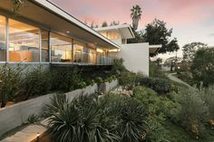 A Richard Neutra Masterpiece Hits the Market in Bel Air - Galerie Richard Neutra, Modern Exterior, Interior And Exterior, Concrete Siding, Mcm House, Sloped Garden, Los Angeles Homes, Mid Century Modern Design, Estate Homes