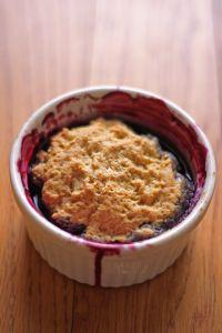 Mixed Berry Crisp, Mixed Berry Cobbler, Strawberry Crisp, Strawberry Cobbler, Raspberry Crumble, Mug Recipes, Sweet Recipes, Dessert Recipes, Recipies