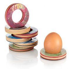 Ohne viel Drumherum tut dieser Eierbecher genau was er soll: Einem Ei Halt bieten. Der Innendurchmesser ist dabei so gewählt, dass selbst kleine Öko-Eier stabil stehen. Der Außendurchmesser beträgt ca. 7cm, innen sind es 3,2cm. Die Schnittkante ist mit Leinöl behandelt.Skateboards sind (fast) immer aus sieben Furnier-Lagen Kanadischem Berg-Ahorn gefertigt. Das Holz ist leicht und strapazierfähig zugleich.Die Farb-Varianten sind als Haupt-Farbrichtungen zu verstehen. Wie auf den ...