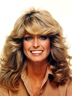"""""""Feathered"""" was a big trend in the Charlie's Angels' Farrah Fawcett popularized this iconic look! Farrah Fawcett, 1970s Hairstyles, Hairstyles Pictures, Big Hairstyles, Layered Hairstyles, Look 80s, Art Visage, Celebs, Celebrities"""