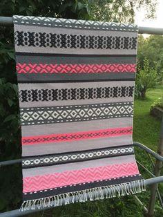 Kuvahaun tulos haulle ruusukasmatto Picnic Blanket, Outdoor Blanket, Weaving Textiles, Woven Rug, Scandinavian Style, Chanel Boy Bag, Pattern Design, Hand Weaving, Carpet