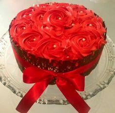 Bolo com placas de chocolate com recheio de Morango decorado com rosas vermelhas.